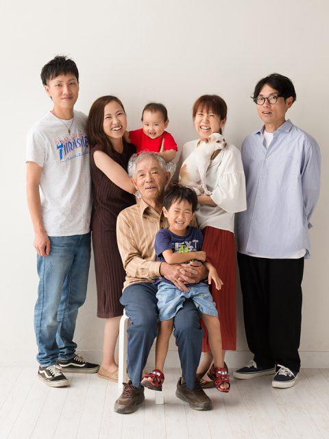 96b6080a8b285 カジュアルな家族写真を撮らせてもらいました。「一歳までのベビーフォトプラン」は赤ちゃんと一緒ならご家族はもちろん、ワンちゃんや猫ちゃんも記念写真に入ることが  ...